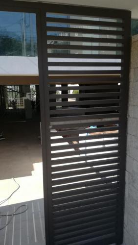 Τοποθέτηση καγκέλων αλουμινίου και πόρτες